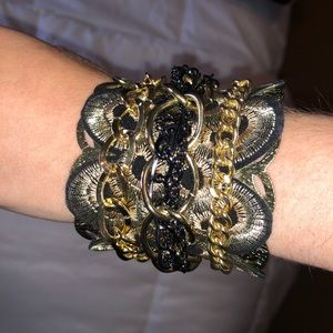 Jewelry - ✨Bracelet cuff with gold & black cool detail!